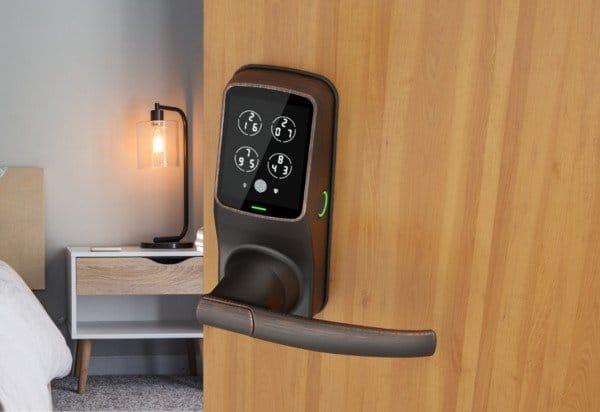 รูปติดตั้ง แบบมือจับ สีน้ำตาล แสกนลายนิ้วมือ lockly digital doorlock
